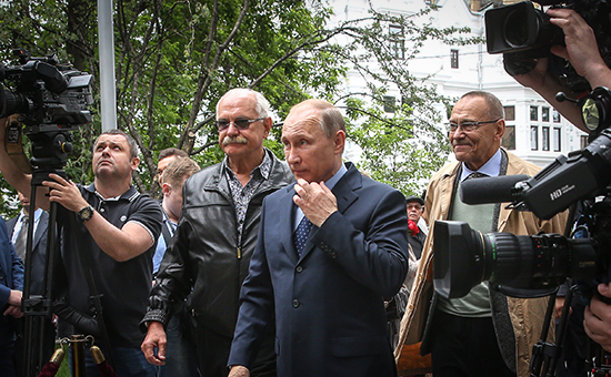 Режиссер Никита Михалков, президент России Владимир Путин и режиссер Андрей Кончаловский (в центре слева направо). Архивное фото