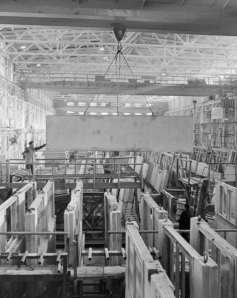 Автовский ДСК вЛенинграде. Рабочий вцехе крупных блоков, гдеизготавливаются дома дляПольши. 1971 год