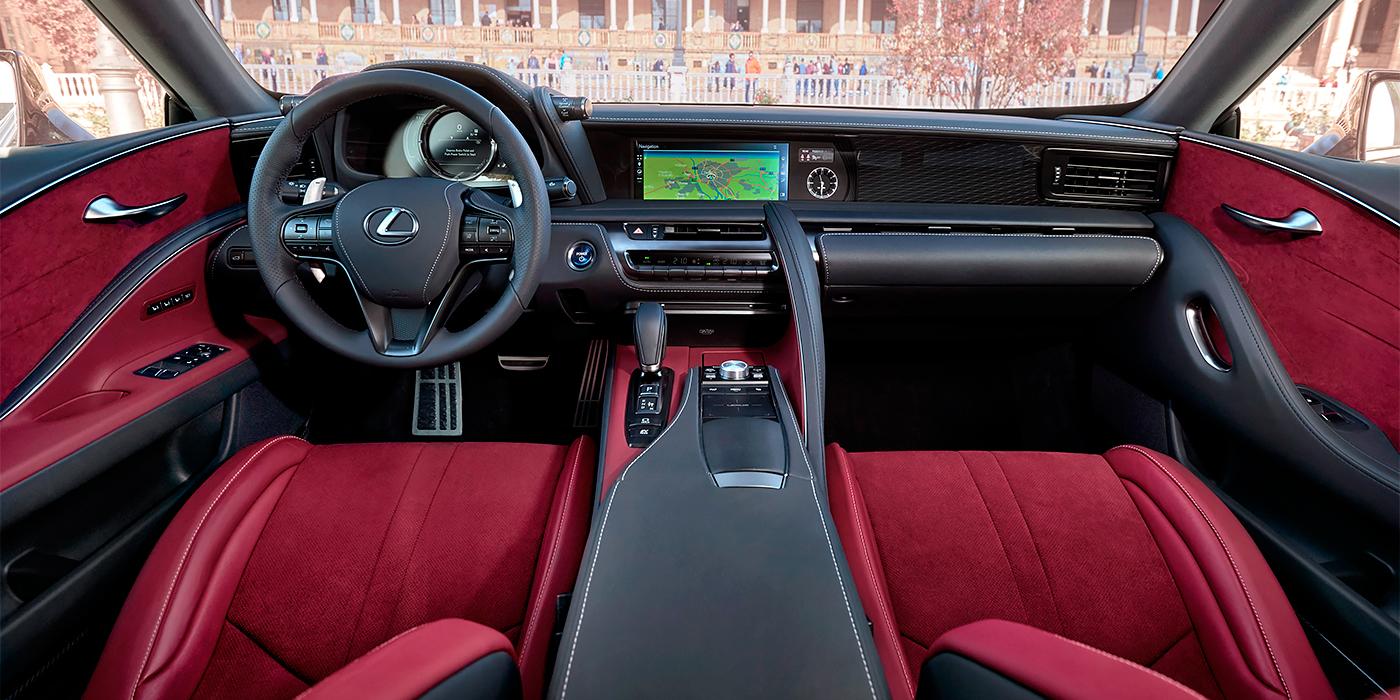 Салон Lexus LC - это царство кожи, алькантары и алюминия. Большинство стилистических элементов купе получит флагман Lexus LS нового поколения, который дебютирует в январе.