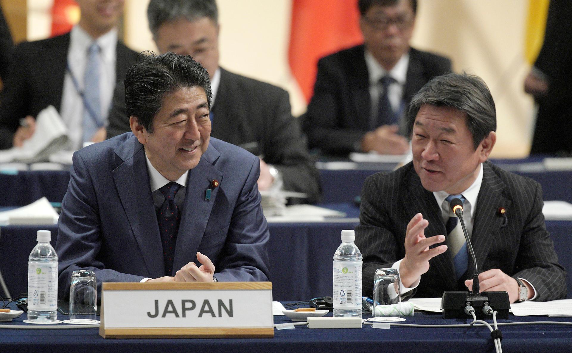 Премьер-министр Японии Синдзо Абэ (слева)