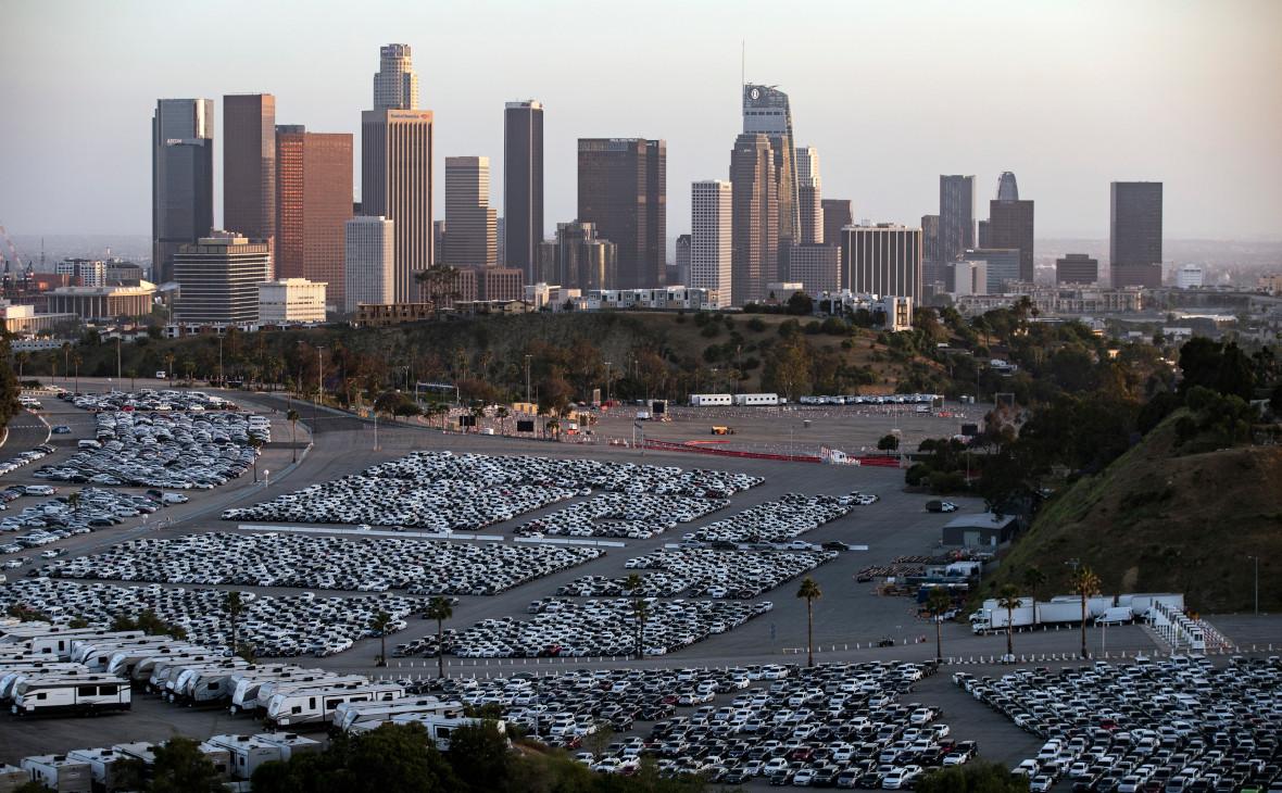 Автомобили для аренды на парковке стадиона «Доджерс» в Лос-Анджелесе во время пандемии коронавируса COVID-19