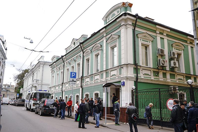 Вкладчики банка «Адмиралтейский» у офиса банка. 10 сентября 2015 года