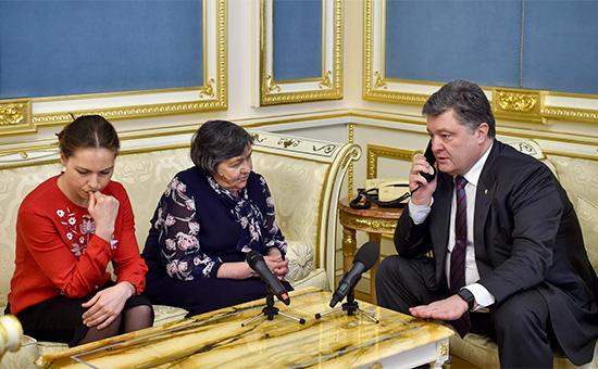 Сестра и мать Надежды Савченко на приеме у президента Украины Петра Порошенко (слева направо) во время телефонного разговора с заключенной в России летчицей
