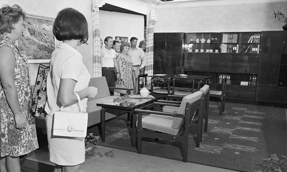 Самые первые хрущевки насчитывали 3–5 этажей, неимели лифта имусоропровода. В большинстве квартир, расположенных втаких домах, был совмещенный санузел, смежные гостиная испальня, маленькая пятиметровая кухня, низкие потолки (2,5–2,6 м) итонкие стены  На фото: Выставка достижений народного хозяйства, 1972год. Набор мебели дляоднокомнатной квартиры, разработанный экспериментальным конструкторско-технологическим бюро Белорусской ССР иизготовленный Борисовским деревообрабатывающим комбинатом имени Коминтерна