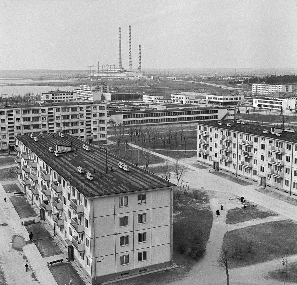 Новые дома энергетиков вгороде Электренай, ЛитовскаяССР. Вдали—Литовская ГРЭС