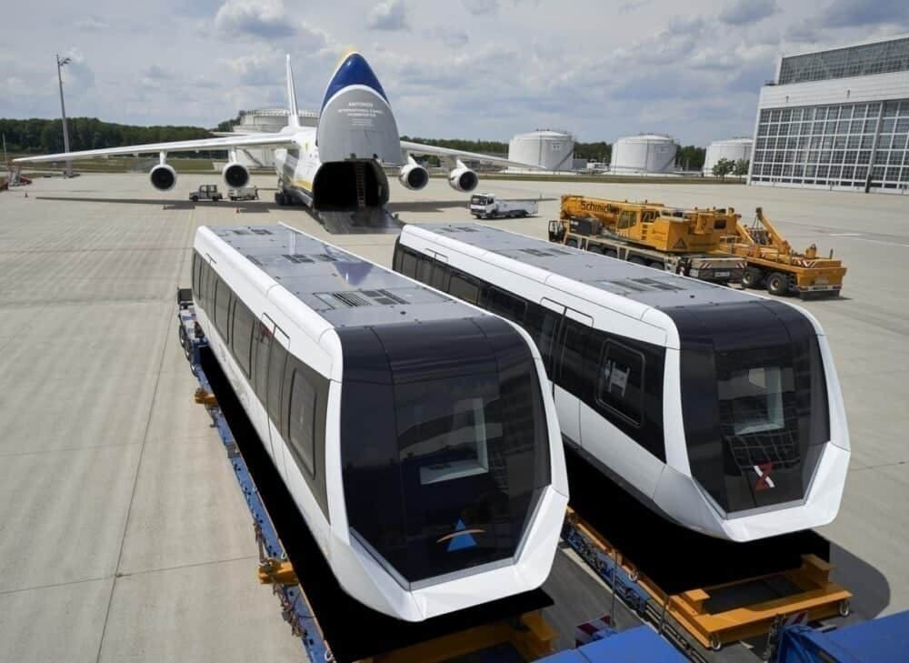 В АН-124 загружают 2 вагона на магнитной подушке, чтобы перевезти из Мюнхена в Чэнду (Китай)