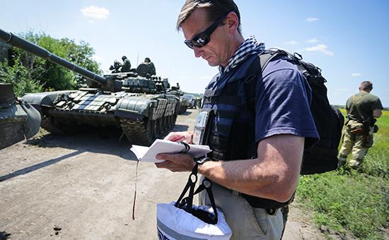 Представитель ОБСЕ во время отвода вооружений в Донецкой области