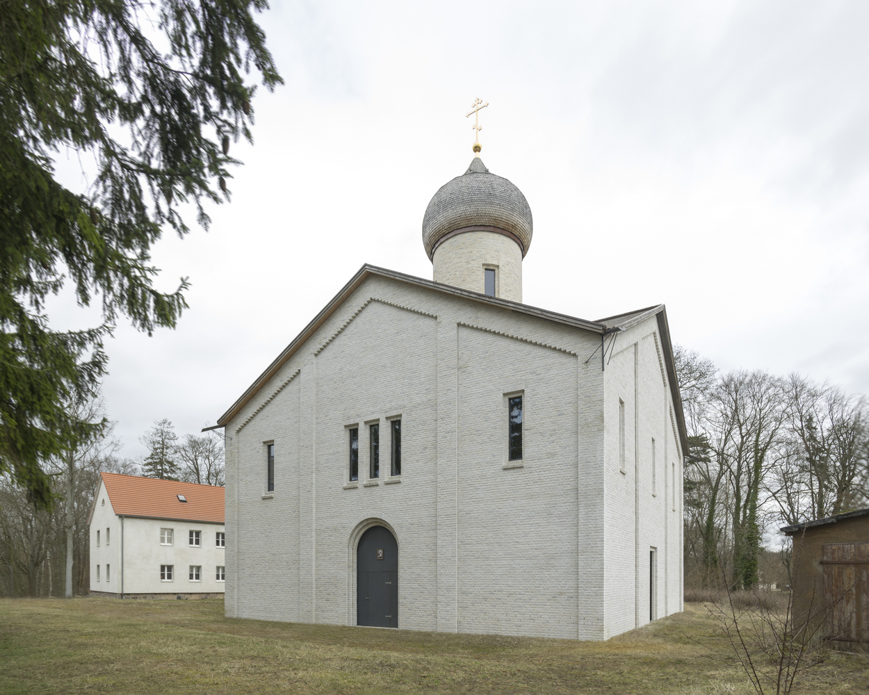 Монастырь площадью 358кв. м может одновременно вместить двести прихожан, отмечает ArchDaily