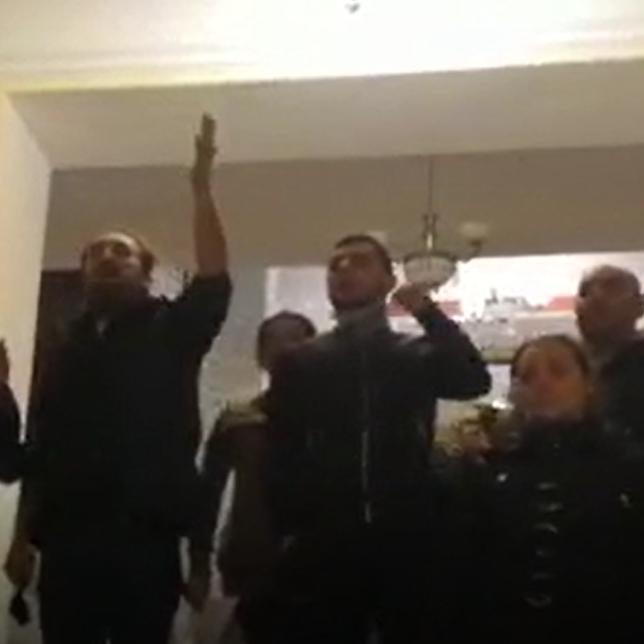 Мужчина с мегафоном призывает протестующих в здании правительства Армении идти в дом радио, откуда выдвигать свои условия Национальному Собранию Армении