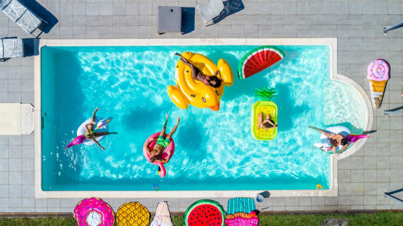 Подход к строительству бассейна болеесерьезный. Помимо выбора места, размера бассейна, придется заказывать проект бассейна, а в некоторых случаях и получать разрешение на строительство