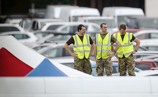 Военнослужащие готовятся к работе на месте авиакатастрофы