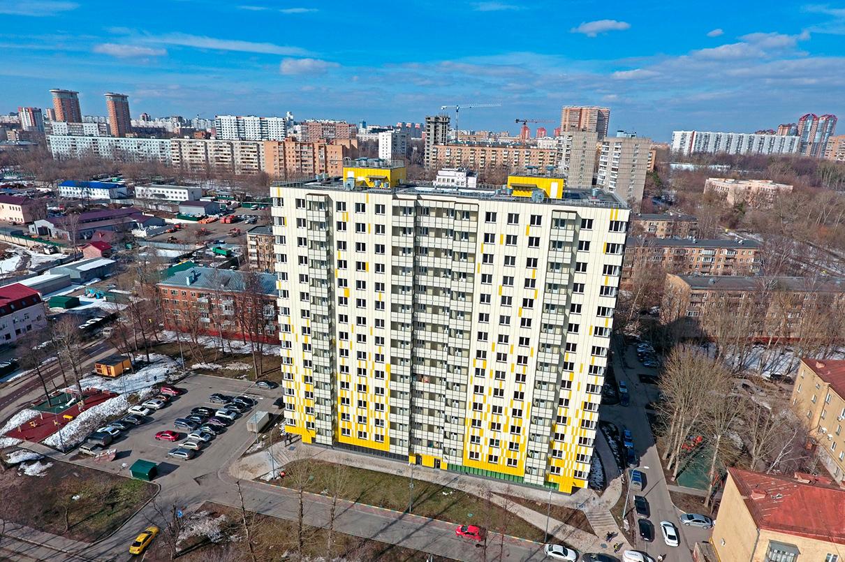 В доме представлено 168 квартир с одной, двумя и тремя комнатами. Как и в других домах по программе реновации, на первом этаже не предусмотрено жилье. На придомовой территории размещены две детские площадки и открытая парковка на 33 машино-места