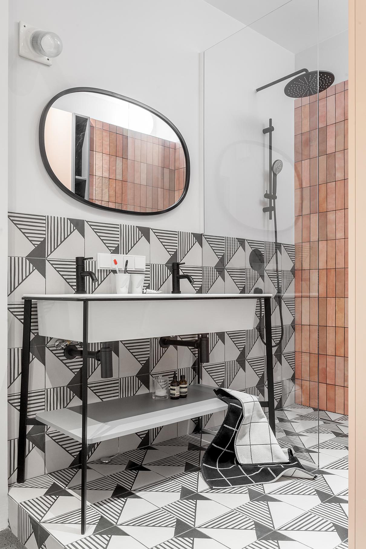 В ванной часть стен окрашена влагостойкой краской, часть— облицована плиткой Equipe Artisan и Caprice deco Origami. Подстолье с полкой и с двумя раковинами— CIELO, черная сантехника— BONJIO, зеркало— Umbra. Бра над зеркалом архитекторы обнаружили в квартире до ремонта и оставили в новом интерьере. Большая часть ванной поднята на подиум, в том числе для организации слива в душевой без порожка