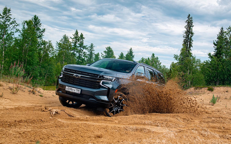 Chevrolet Tahoe не умеет приподнимать кузов на бездорожье. Впрочем, клиренса в 216 мм хватает, чтобы штурмовать рыхлый песок.
