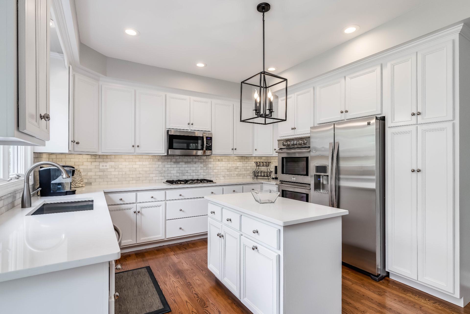 Кухня для такого решения должна быть большой, не менее 12 м, а лучше больше - от 15 м