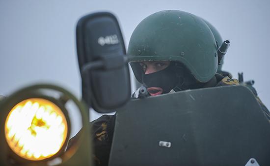 Военнослужащий внутренних войск МВД России вовремя комплексных тактико-специальных учений батальонной тактической группы иантитеррористических подразделений, март 2012 года