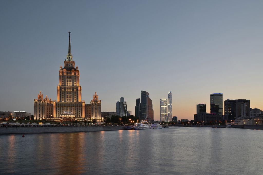 «Мы сознательно использовали в строительстве не только стекло, пилоны, например, будут из камня. Здания не похожи на стеклянные высотки «Москва-Сити» — они выполнены в стиле ар-деко и напоминают классические нью-йоркские небоскребы в современном прочтении», — рассказал архитектор проекта, глава бюро SPEECH Сергей Чобан