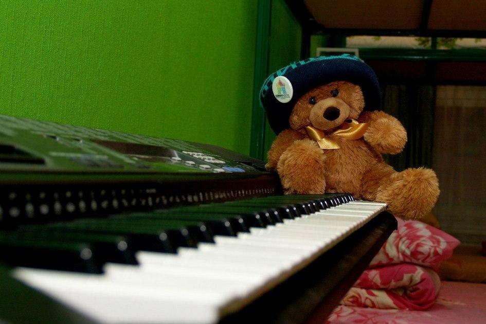 В музыкальной комнате стоят синтезатор, гитара инесколько экзотических музыкальных инструментов, которые вхостел привезли постояльцы
