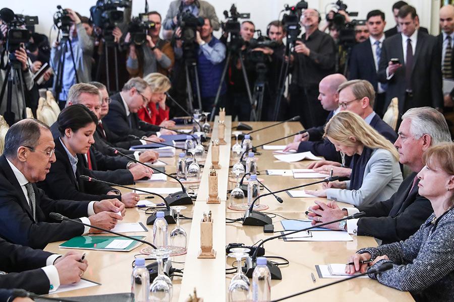 Сергей Лавров (слева) иРекс Тиллерсон (второй справа) во время переговоров