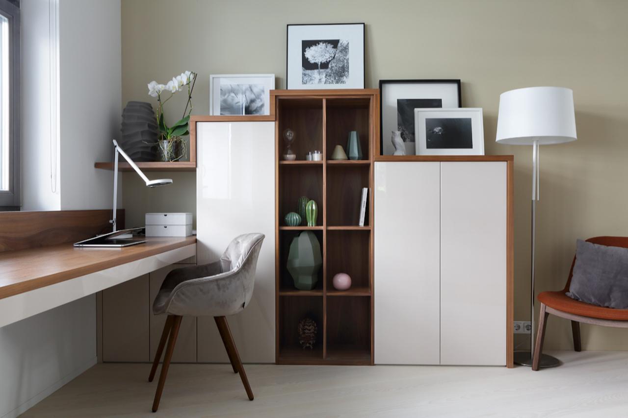 Наличие естественного освещения является большим плюсом, поэтому лучше ставить стол поближе к окну (проектА. Стубе)