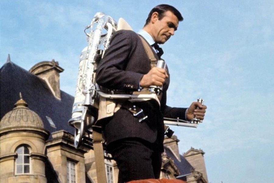 Шон Коннери летает на реактивном ранце в фильме «Джеймс Бонд. Шаровая молния» 1965 года