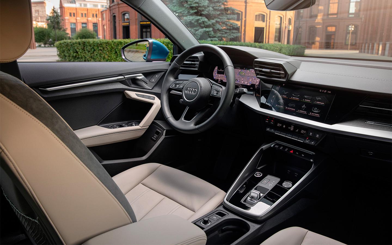 <p>Интерьер новой Audi А3 ориентирован на водителя, но&nbsp;по компоновке гораздо ближе к кроссоверу Q3, чем к старшей A4.</p>