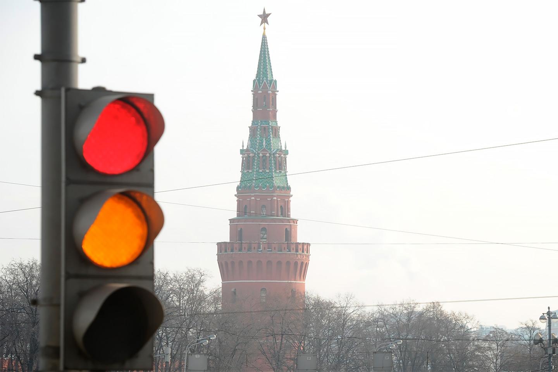 <p>Правила дорожного движения включают два запрещающих движение сигнала светофора: не только красный, но и желтый.</p>