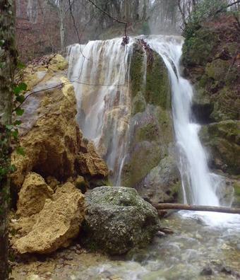 В настоящее время у водопада разрушился козырек изтуфа—пористой горной породы
