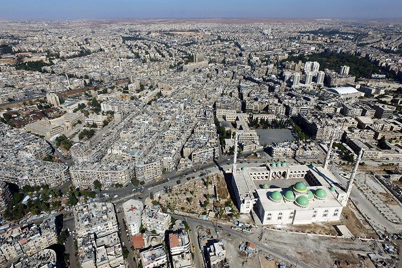 Город Алеппо—один изкрупнейших городов Сирии—находится насевере одноименной провинции. До начала войны вгороде проживали2,4 млн человек. К 2016 году вАлеппо осталось около300тыс. жителей.