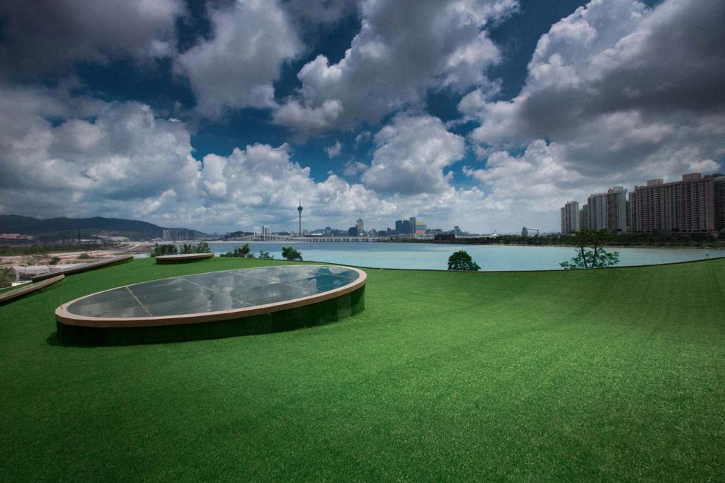 Здание выполнено в стиле футуризма из энергоэффективных и экологически чистых материалов. На крыше арт-центра растет настоящий газон, а большинство помещений имеет панорамное остекление