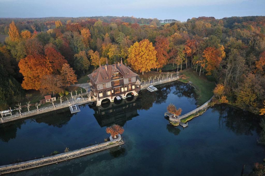 Особняк расположен на берегу Женевского озера, самого большого озера в Альпах и второго по величине в Европе