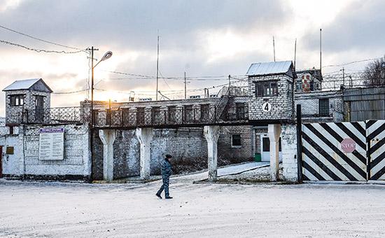 Сотрудник полиции у стен колонии (ИК-7), гдесодержался Ильдар Дадин, вгороде Сегежа