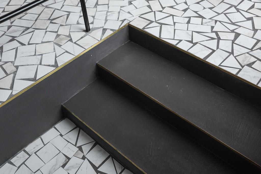Белый пол изкаменной плитки неправильной формы—такойже, каквсоветских учреждениях эпохи брежневского «застоя»