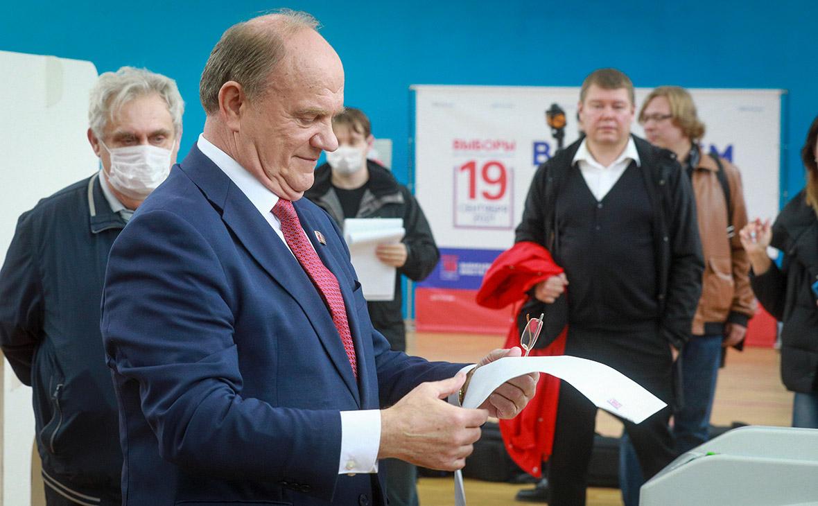 Геннадий Зюганов во время голосования на выборах депутатов Государственной Думы РФ