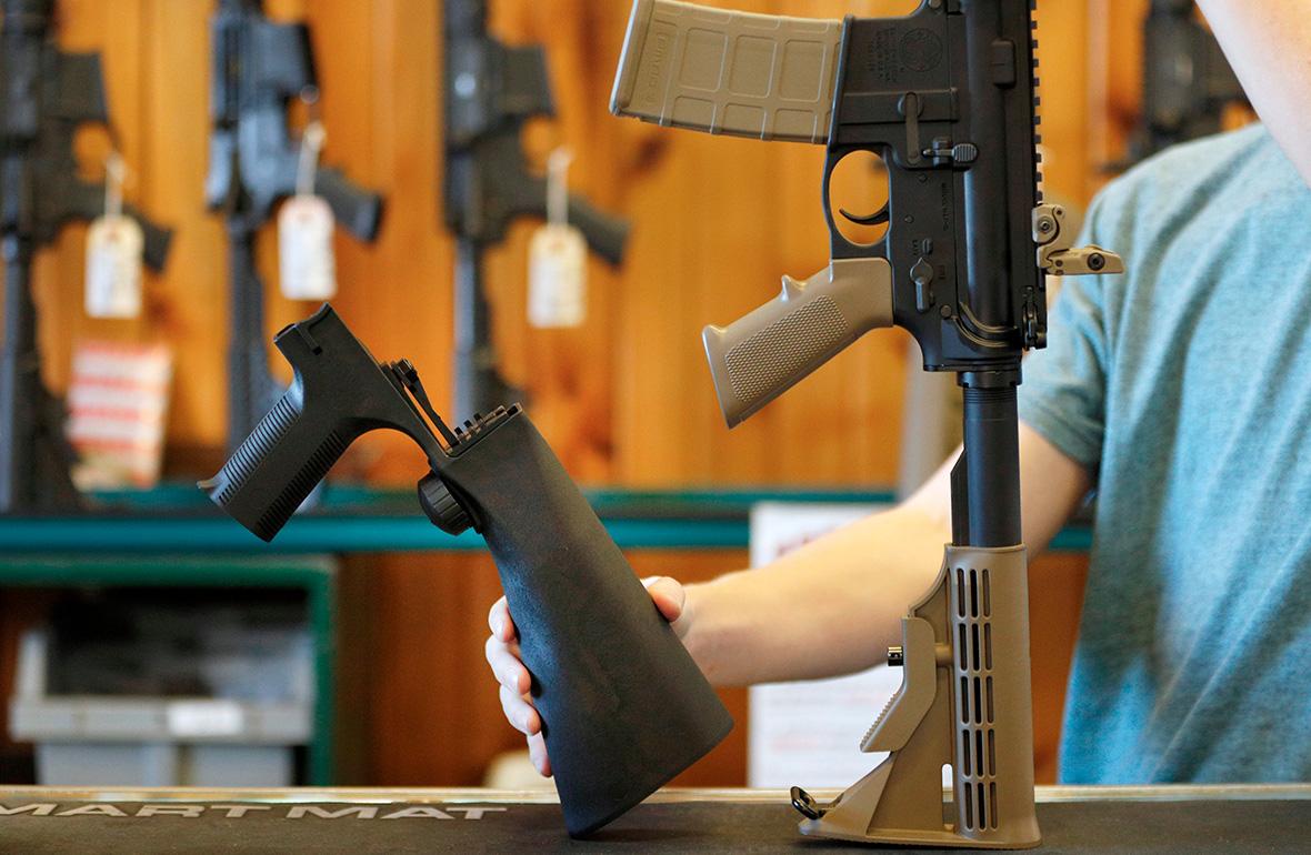 Устройство, которое позволяет переделатьоружие в полностью автоматическое (слева)