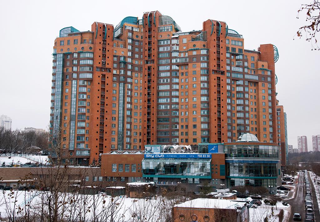 ЖК «Золотые ключи 2» стал вторым проектом, реализованным Mirax Group в Москве. В комплекс вошли три жилых здания высотой от 14 до 23 этажей. Уникальность этого ЖК заключается в том, что на его территории располагается поселок «Ы» из 21 таунхауса