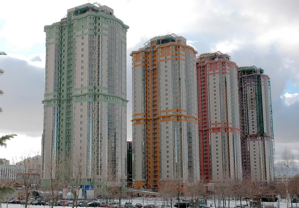 ЖК Mirax Park находится напротив ЖК «Корона», их разделяют общий парк и озеро. В отличие от единого здания ЖК «Корона», возведенного на высоком стилобате, Mirax Park состоит из четырех башен. Здания построены по единому проекту и немного различаются по цвету фасадов и высоте. Фактически они расположены в одну линию «по росту» от 31 до 37 этажей. На территории ЖК есть мини-зоопарк