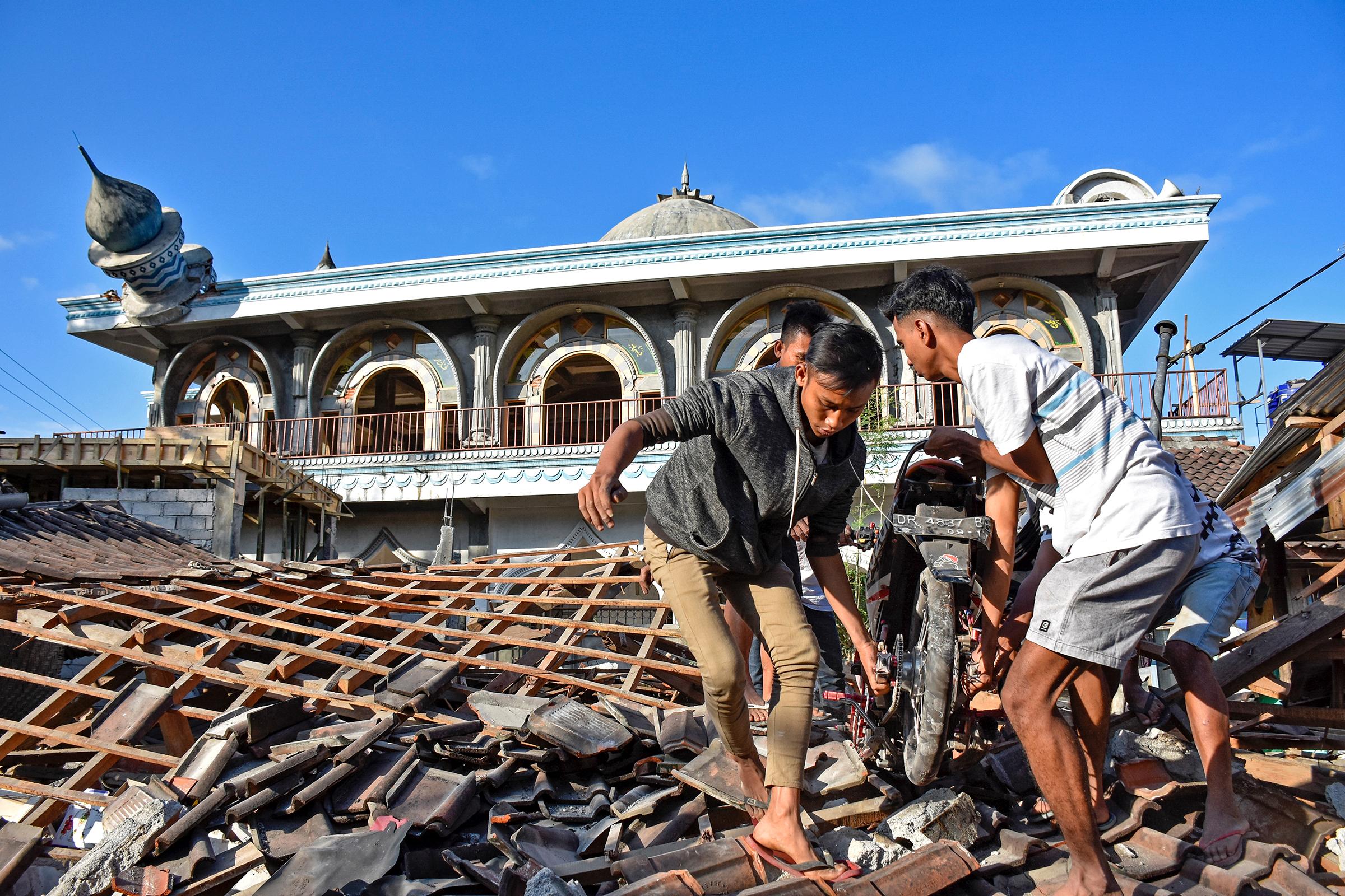 5 августа в Индонезии произошло землетрясение магнитудой 7. Основной удар пришелся на северную часть страны — остров Ломбок — и чувствовался на Бали, где погибли два человека.