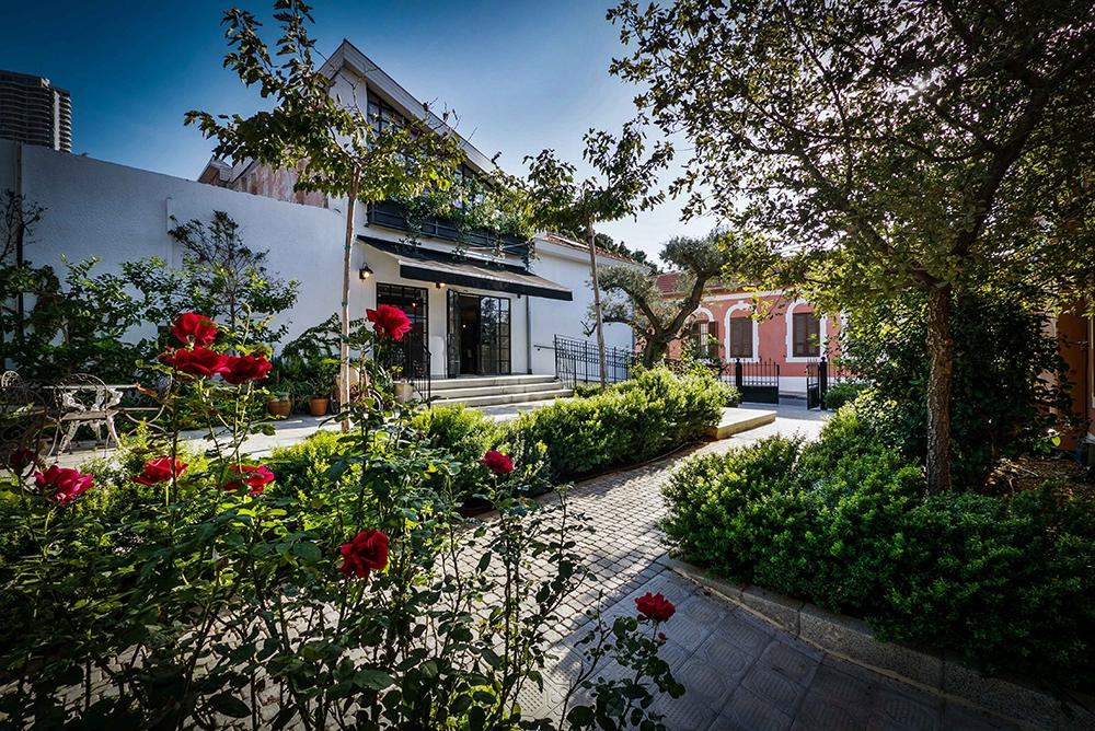 В пешей доступности от отеля — район Неве-Цедек, пляжи, Старый Яффо, бульвар Ротшильд, многочисленные рестораны и бары, говорится на сайте Varsano Hotel