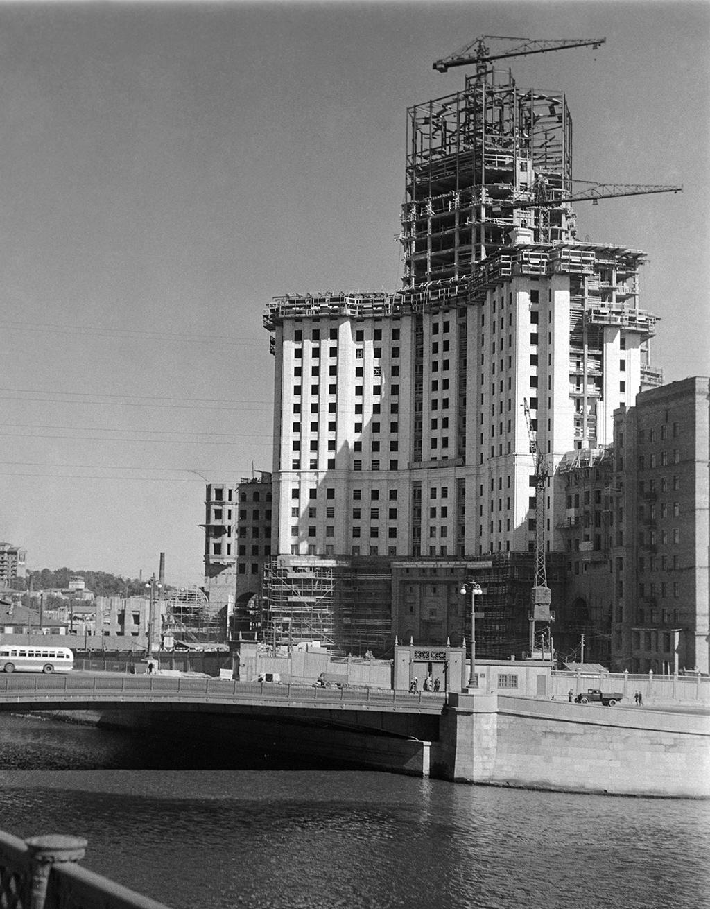 Строительство высотного жилого дома на Котельнической набережной в Москве, 1950 год