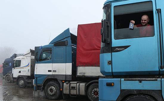 Украинский дальнобойщик натерритории многостороннего автомобильного пункта пропуска «Нехотеевка»