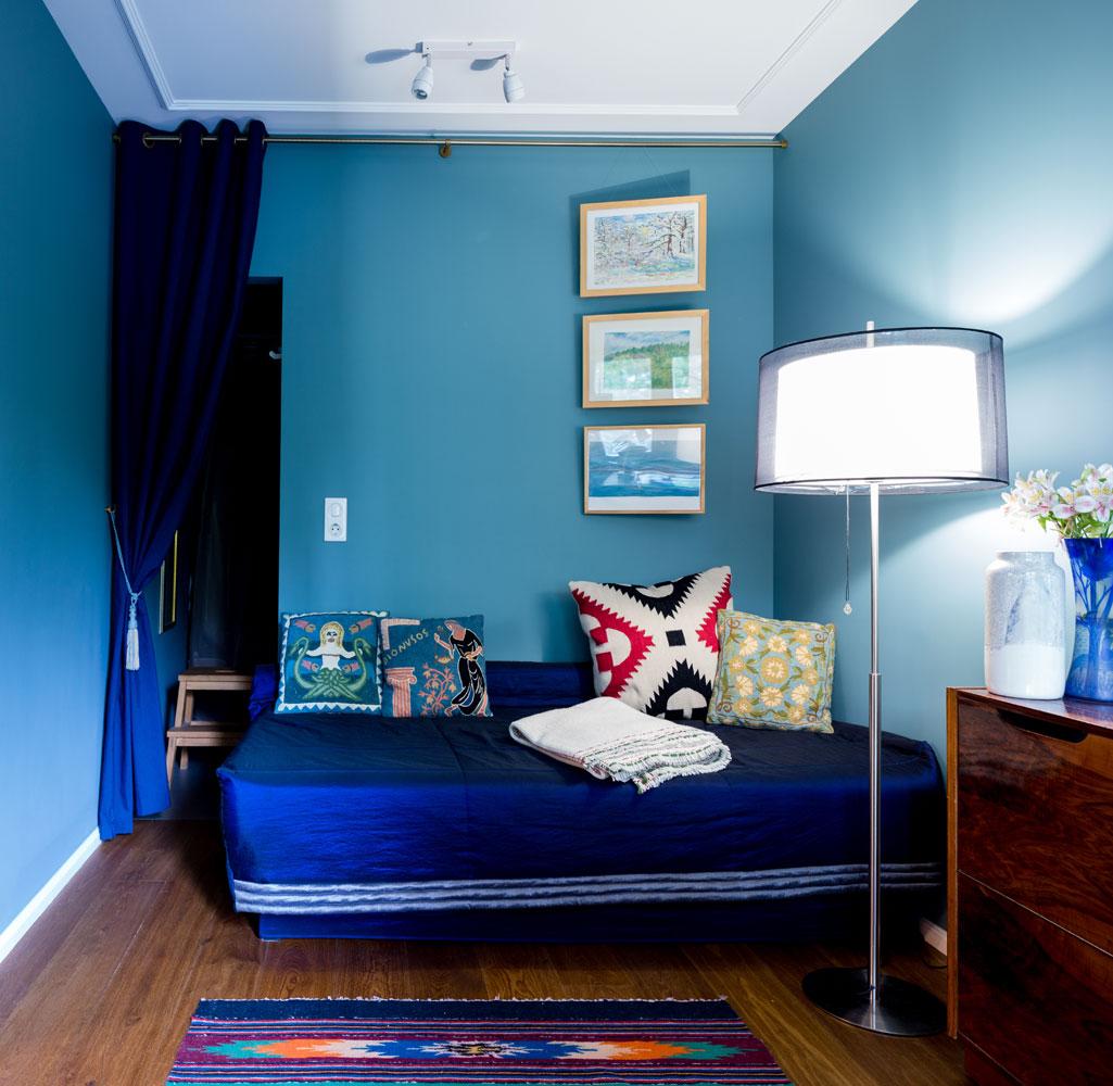 Хозяйка квартиры любит рисовать: на стене— несколько ее работ