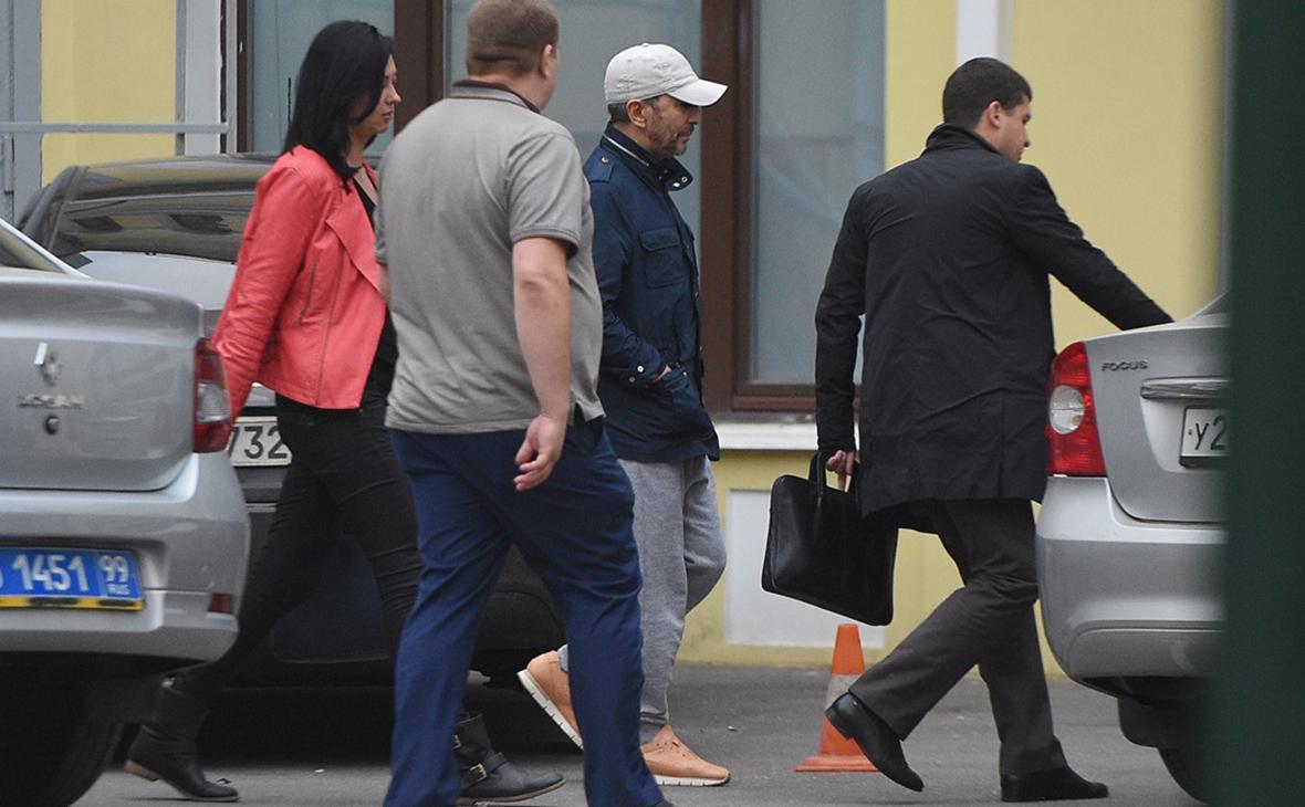 Умар Джабраилов (в центре) у здания ОВД «Китай-город». 30 августа 2017 года