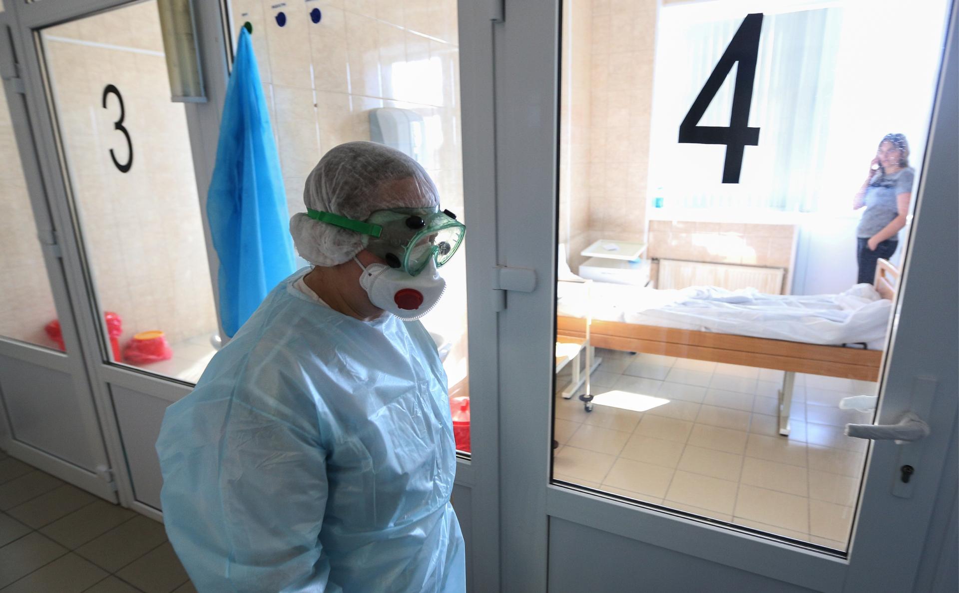 Врач в инфекционном отделении Мурманской областной больницы им. П.А. Баяндина