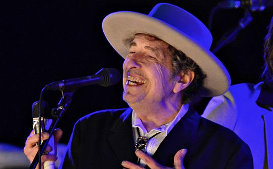 Боб Дилан во время выступления на музыкальном фестивале, май 2016 года
