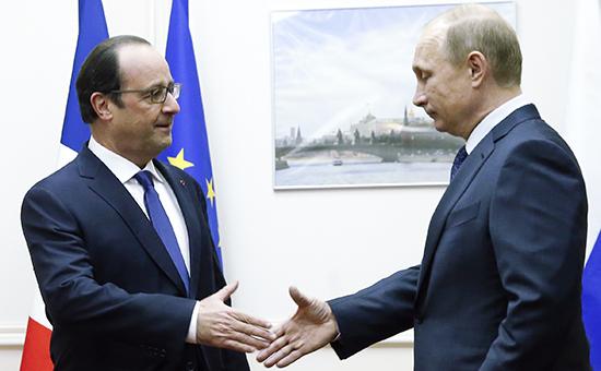 Президент Франции Франсуа Олланд и президент России Владимир Путин (слева направо) во время встречи в аэропорту «Внуково»