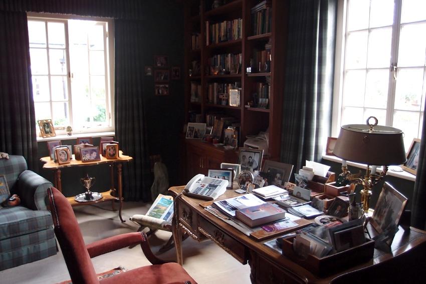 Рабочий кабинет. Много фотографий и книг, старенький телефон