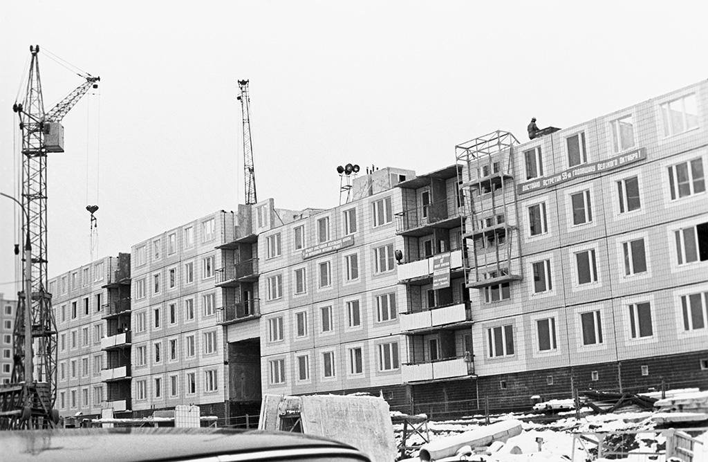 Во второй половине 1960-х годов началось строительство улучшенных серий хрущевок, которые впоследствии стали называть «брежневками». Квартиры в таких домах имели раздельные санузлы, изолированные комнаты, лифты и мусоропровод На фото: Домостроительный комбинат № 1 Московского государственного объединения крупнопанельного домостроения (МГОКД) Главмосстроя возводит жилой дом в микрорайоне Ясенево. На снимке — дом, который строит бригада А.Авилова, 1976 год