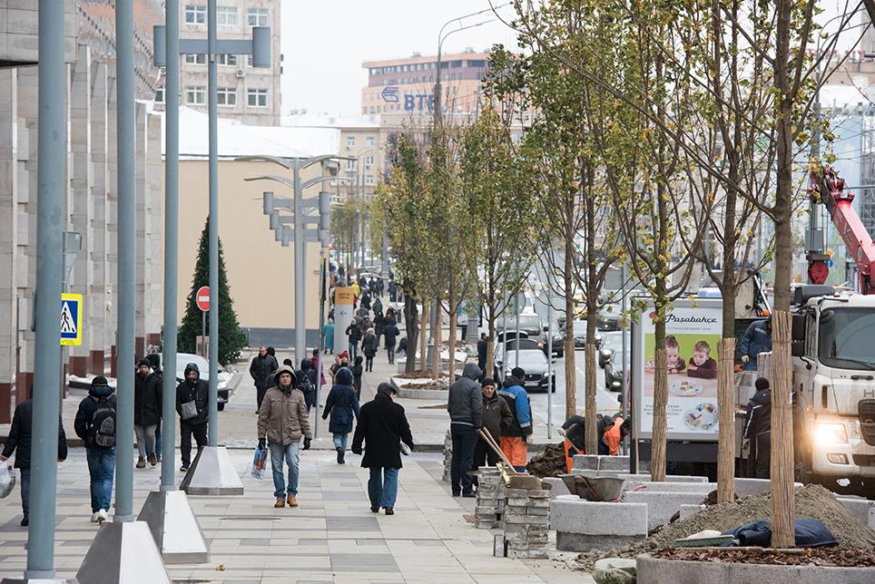 Высадка кленов наСадовом кольце врайоне Нового Арбата. Работы повысадке деревьев являются завершающим этапом программы благоустройства «Моя улица»