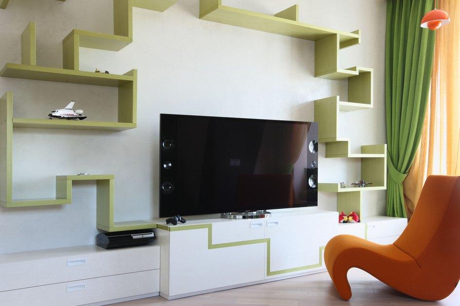 Футуристичный телевизор органично вписался в«ломаный» дизайн полок